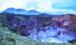 Krater av Volcano Mahawu nära Tomohon Norr Sulawesi Indonesien fotografering för bildbyråer