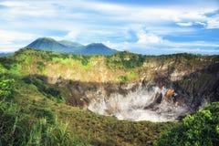 Krater av Volcano Mahawu nära Tomohon Norr Sulawesi Indonesien royaltyfri foto
