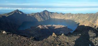 Krater LakeInside von Rinjani-Vulkan und Bali und Gili Islands am Hintergrund Lizenzfreie Stockfotos