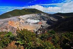 Krater och sjön av den Poas vulkan i Costa Rica Vulkanlandskap från Costa Rica Aktiv vulkan med blå himmel med cl royaltyfria bilder