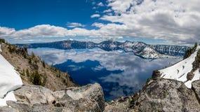 Krater sjö med reflexioner av moln fotografering för bildbyråer