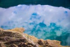 Krater sjö med reflexioner i Quilotoa, Ecuador arkivbilder