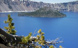 Krater sjö och Wizrd ö Arkivfoton