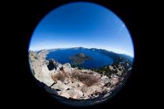 Krater sjö Oregon som sett från ovannämnt med enöga lins Arkivfoto