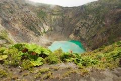 Krater van de actieve die vulkaan van Irazu in de Cordillera Centraal dicht bij de stad van Cartago, Costa Rica wordt gesitueerd Stock Foto