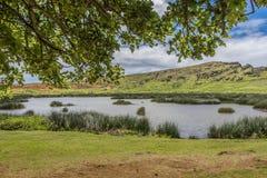 Krater van de Rano Raraku-vulkaan met ondergrondse meer en moai stock afbeelding