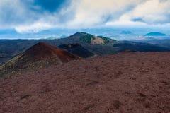 Krater von Ätna-Vulkan mit Catania im Hintergrund, Sizilien lizenzfreie stockbilder