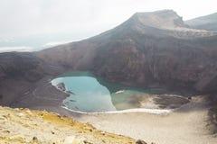 Krater wulkan z zjadliwym jeziorem Zdjęcie Stock
