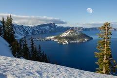 kraterlakemoon över snowscapevinter Royaltyfri Foto