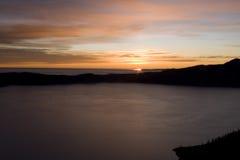 Kratermeer bij zonsopgang Royalty-vrije Stock Afbeeldingen