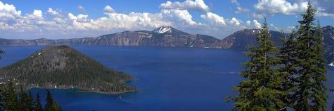 Kratersee panoramisch lizenzfreie stockfotografie