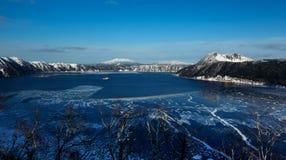 Is- kratersjö i Hokkaido, Japan Arkivfoton