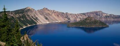 Krateru czarownika Jeziornej wyspy obręcza kaldery wulkanu Zachodni rożek Zdjęcia Royalty Free