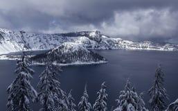 Krateru Jeziorny park narodowy w zimie zdjęcia stock