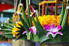 Krathong,手由香蕉叶子的被制作的浮动篮子,装饰用花和香火棍子,蜡烛, 免版税库存照片