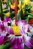 Krathong, корзина произведенная рукой плавая лист банана, украшенными с цветками и ручками ладана, свеча, Стоковые Изображения
