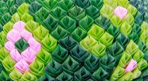 Krathong-Blumenblätter machten von den grünen Bananenblättern, die mit thailändischen Motiven verziert wurden lizenzfreie stockbilder