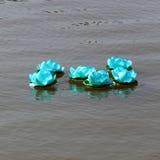 Krathong de Loy en rivière de la Thaïlande Photos libres de droits