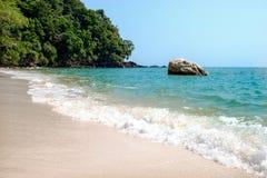 Krating-Bucht mit sauberem Wellenmeer im Sonnenschein Stockfotografie