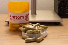 Kratom-Pillen auf einem Schreibtisch Stockfotografie