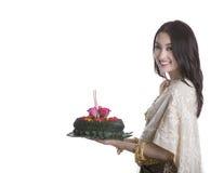 Kratong thaïlandais de prise de femme Photos stock