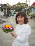 Kratong thaïlandais de prise de femme Photographie stock