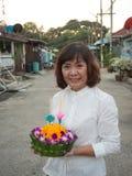 Kratong thaïlandais de prise de femme Photo libre de droits