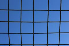 Kratownica przeciw niebieskiemu niebu zdjęcie stock