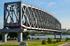 Kratownicowy stary most przez Ob rzekę Zdjęcia Stock