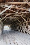 Kratownicy infrastruktura ikonowy Hogback Zakrywał Bridżowego rozciągający się Północną rzekę, Winterset, Madison okręg administr zdjęcia stock