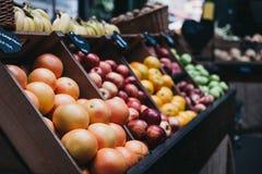 Kratten met verschillende soorten vruchten op verkoop bij een markt stock afbeeldingen