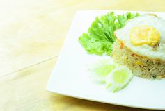 Kratzen Sie Fried Rice mit Fried Egg - thailändische lokale Nahrungsmittel des gebratenen Reises stockbilder