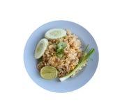 Kratzen Sie Fried Rice von thailändischen Nahrungsmitteln im blauen lokalisierten Teller Lizenzfreie Stockfotografie