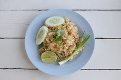 Kratzen Sie Fried Rice von thailändischen Nahrungsmitteln im blauen Teller Stockfotos