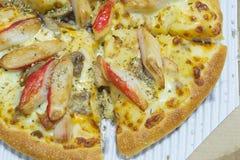 Kratzen Sie Stock-Pizza und guten Geruch des geräucherten Huhns mit Tomatensauce Lizenzfreie Stockbilder