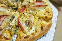 Kratzen Sie Stock-Pizza und guten Geruch des geräucherten Huhns mit Tomatensauce Stockbilder
