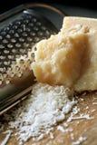 Kratzender Parmesankäse-Parmesankäse Stockfoto