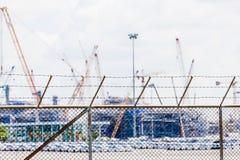 Kratzender Zaun und undeutlicher Hintergrund des Baus Stockbild