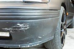 Kratzer auf einem Autostoßdämpfer Stockfoto