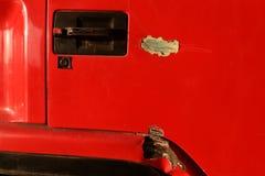 Kratzer auf roter Oberflächentür von LKW Stockbild