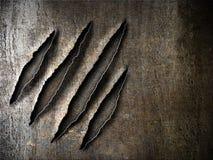 Kratzt Kratzerkennzeichen auf rostiger Metallplatte Stockbilder