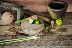 Kraut und würzige Beiträge zu thailändischem Lebensmittel auf hölzernem Hintergrund herein Stockbilder