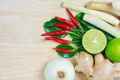 Kraut und würzige Bestandteile für die Herstellung des thailändischen Lebensmittels auf hölzernem backgrou Stockfoto