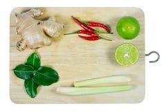 Kraut und würzige Bestandteile für die Herstellung des thailändischen Lebensmittels auf hölzernem backgrou Stockbild