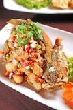 Krautsalat mit frittierten Fischen Lizenzfreies Stockfoto