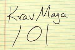 Krav Maga 101 på ett gult lagligt block Arkivbilder