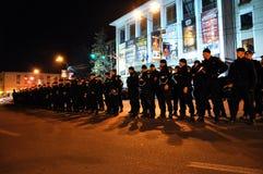 Kravallpolis i varning mot anti--regering personer som protesterar Royaltyfria Bilder