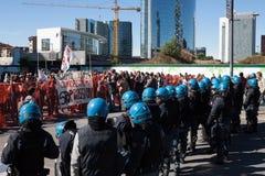 Kravallpolis konfronterar personer som protesterar i Milan, Italien Arkivfoto