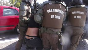 Kravallpolis som arresterar studenter lager videofilmer