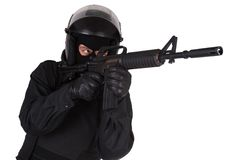 Kravallpolistjänsteman i svart likformig Arkivfoton